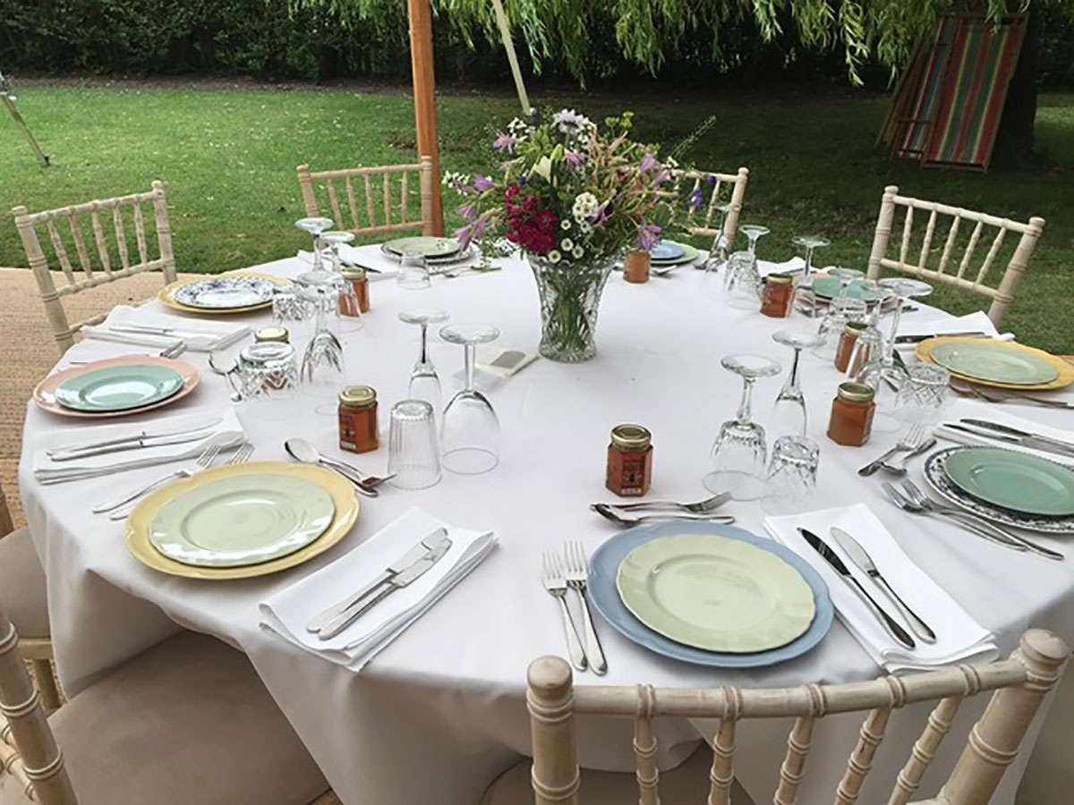 plates on round tables